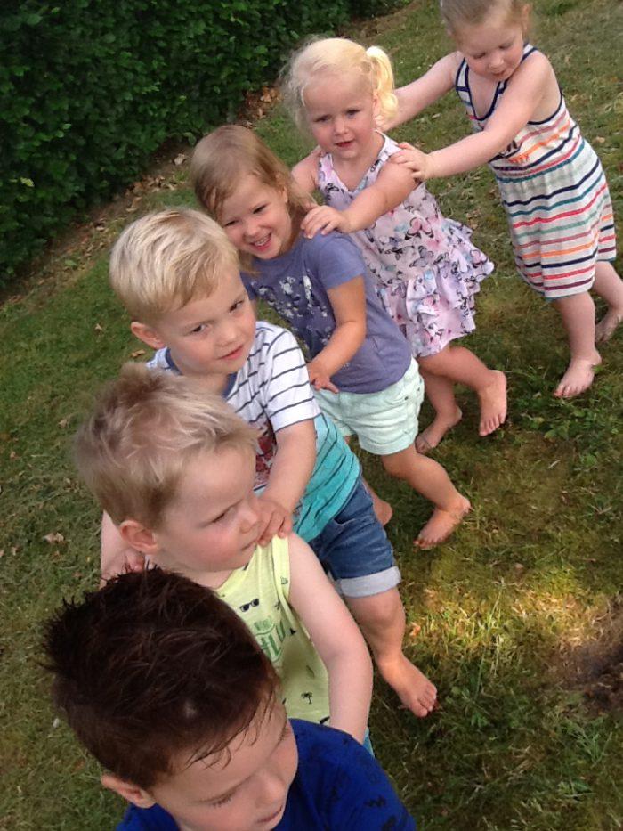Buitenlessen dans in de tuin van het kinderdagverblijf